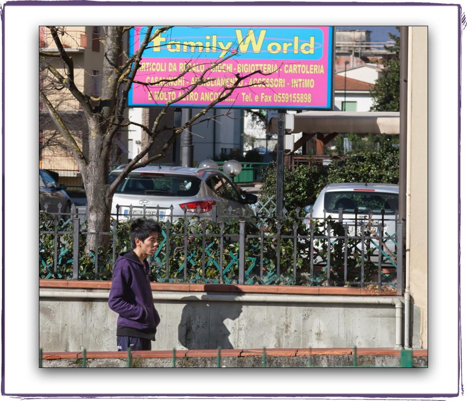 Un ragazzo cinese davanti al supermercato cinese di Figline