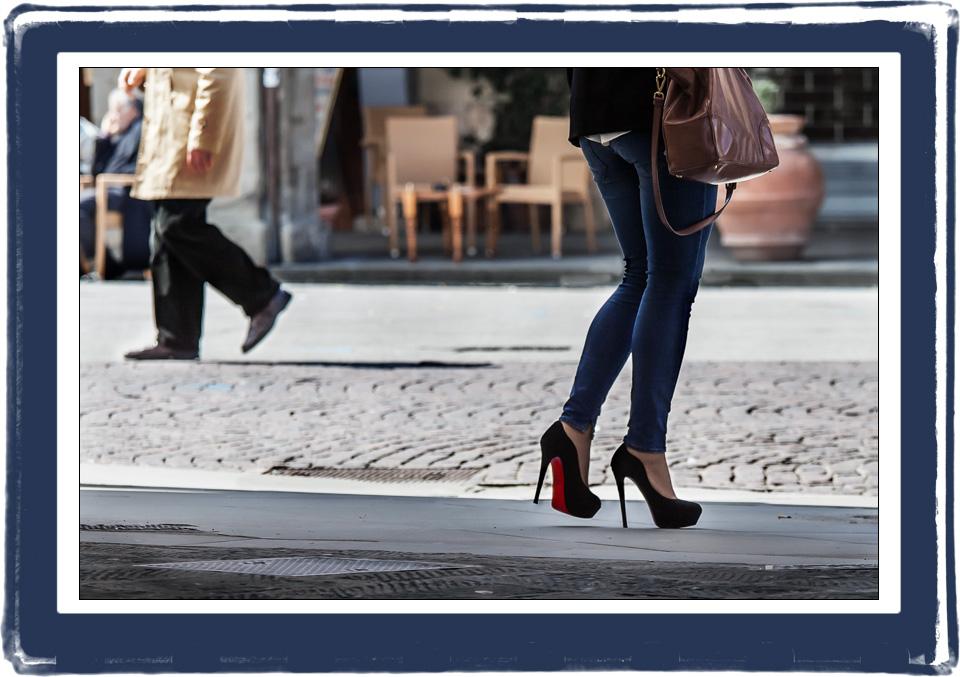 Una donna con scarpe a tacco 12 e un uomo camminano a Figline