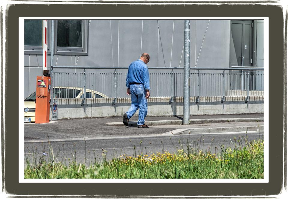 Via Grecia a Figline, un uomo  passa