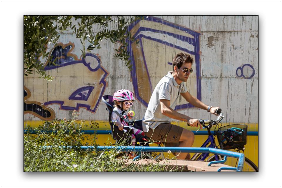 Seggiolino per bambini sulla bici del padre